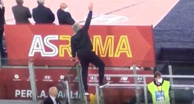 Mourinho Falra mászott a kiállítástól, szó szerint - videó